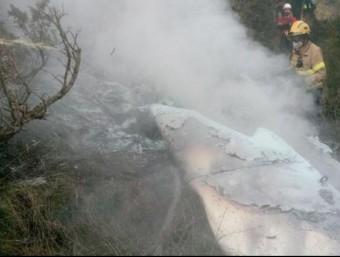Efectius dels bombers treballant en l'extinció de l'incendi de l'avioneta BOMBERS DE LA GENERALITAT
