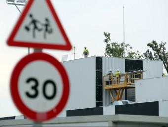 Operaris de la construcció en la nova escola La Benaula de Caldes de Malavella, dijous passat. quim puig