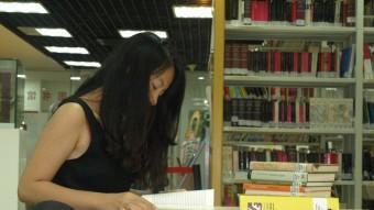 Noia estudiant català en una biblioteca de Pequín DANI TRIADÓ