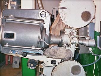 Projector i cabina d'operador de la Societat la Llum del Dia, una sala històrica de Riba-roja d'Ebre (Ribera d'Ebre) EL PUNT AVUI