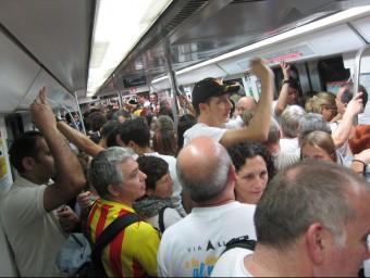 Un vagó de la L1 del Metro de Barcelona ple a vessar, aquest divendres 11 de Setembre EUROPA PRESS