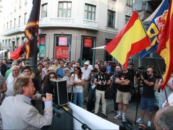 Manifestants d'ultradreta davant la seu de la Llibreria Blanquerna de Madrid ACN