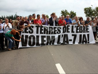 Una desena d'alcaldes del Baix Ebre encapçalant la manifestació per reclamar solucions per la N-340 ACN