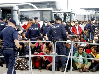 Centenars d'immigrants esperen a pujar a un autobús a Nickelsdorf, a Àustria REUTERS