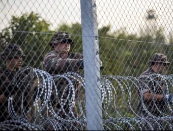 Soldats a la frontera d'Hongria amb Sèrbia, després de tancar el pas als refugiats EFE