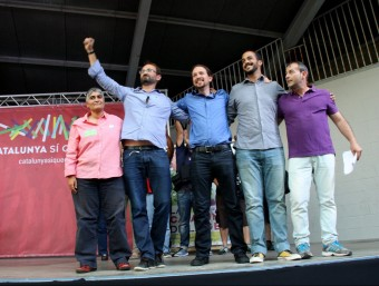 El coordinador nacional d'ICV, Joan Herrera, i el líder de Podemos, Pablo Iglesias, dalt de l'escenari n el míting d'aquest 15 de setembre de 2015 a MolleT ACN