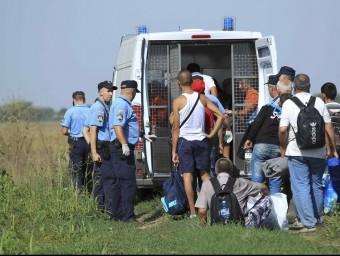 La policia de Croàcia registre els refugiats que entren al país i els trasllada a Zagreb REUTERS
