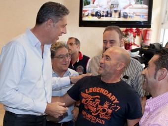 Xavier García Albiol, ahir en un bar de Roses, acompanyat per Enric Millo (candidat del PP a Girona) RAFA GARRIDO / ACN