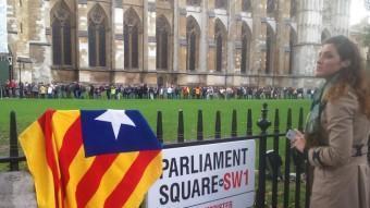 Una estelada sobre la tancada que indica l'entrada al Parlament de Westminster i, al fons, la cua per a l'entrada a l'abadia Q. ARANDA