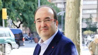 Miquel Iceta , al matí, abans d'iniciar un llarg dia de campanya. ANDREU PUIG