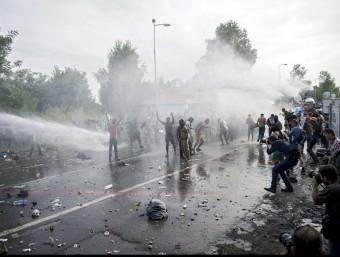 La policia hongaresa llança gasos i aigua a pressió contra un grup de refugiats que ha intentat creuar la frontera amb Sèrbia EFE