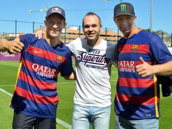 Ekström (esquerra) i Solberg, amb Iniesta, en una visita a la ciutat esportiva del Barça, ahir WORLD RX