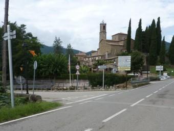 El nucli de Mieres des de la carretera que uneix Banyoles i Olot per Sant Miquel de Campmajor i Santa Pau. R. E