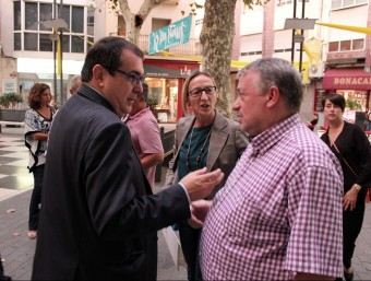 Jané conversa amb l'alcalde de l'Arboç i l'alcaldessa de Cunit, en acabar la reunió. J.M.F