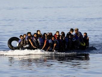 Diàriament hi arriben més de 1.000 persones a alguna de les platges de Lesbos REUTERS