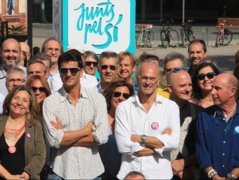 La cineasta Isona Passola, l'actor Joel Joan, el cap de llista de Junts pel Sí, Raül Romeva, i el candidat per Girona, Lluís Llach, envoltats d'altres representants del món de la cultura durant un acte el 19 de setembre ACN