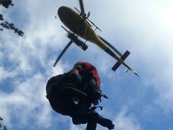 Un instant durant el rescat que han efectuat membres dels GRAE dels Bombers aquest dissabte 19 de setembre a Vilallonga de Ter ACN