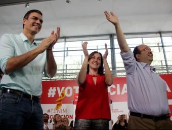 El secretari general del PSOE, Pedro Sánchez, la portaveu socialista a Girona, Sílvia Paneque i el candidat del PSC, Pedro Sánchez, aquest dissabte a Girona ACN