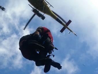 Els especialistes del GRAE van pujar a la víctima a l'helicòpter mitjançant un gruatge. BOMBERS DE LA GENERALITAT