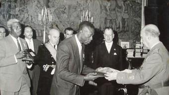 Ondo lliura les credencials de l'autonomia a Franco, el 1964 MANOLO PIZARRO