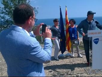 Espadaler, fotografiant ahir uns turistes kazakhs després de l'acte que va fer al Mirador de l'Alcalde, a Barcelona Ò.P.J