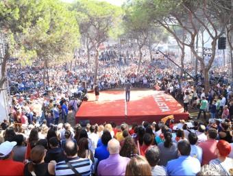 Pedro Sánchez , dirigint-se als milers de persones que es van aplegar a la tradicional Festa de la Rosa de Gavà. ANDREU PUIG