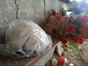 Imatge del crani deixat per un anònim al Memorial de les Camposines de La Fatarella. CEDIDA