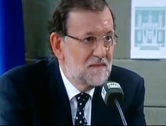 El president del govern espanyol, Marino Rajoy, aixeca una cella durant l'entrevista a Onda Cero
