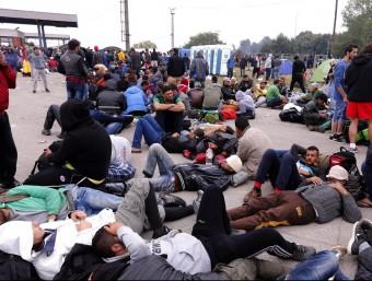 Diversos refugiats esperen aquest dimarts per entrar en un centre d'acollida del poble croata d'Opatovac, fronterer amb Sèrbia EFE
