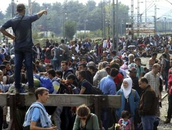 Refugiats , esperen en una estació de tren d'Idomeni, a Grècia NIKOS ARVANITIDIS / EFE