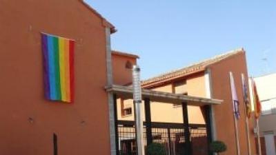 Edifici de l'Ajuntament de Potries amb la senyera LGTB penjada en la façana. ARXIU