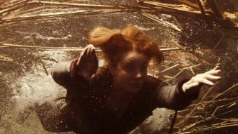 Alba (Rachel Hurd-Wood) busseja a l'inici de la pel·lícula per salvar Dídac ANTÀRTIDA