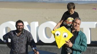 Sergi López, Marc Recha i el seu fill Roc, ahir al Festival de Sant Sebastià, on es va presentar 'Un dia perfecte per volar' ANDER GILLENEA / FRANCE PRESS