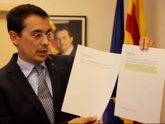 Amadeu Altafaj, representant permanent de la Generalitat davant de la UE, mostra les dues versions del comunicat de la Comissió acn