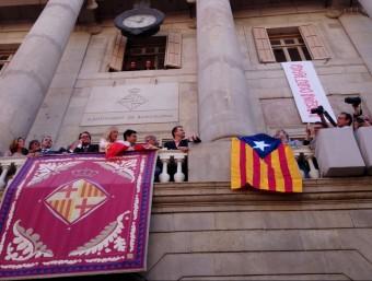 El president del grup municipal d'ERC, Alfred Bosch, ha penjat una estelada al balcó de la Plaça de Sant Jaume ACN