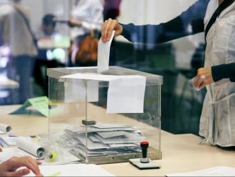 Una pesona emeten el seu vot en les anteriors eleccions ELISABETH MAGRE