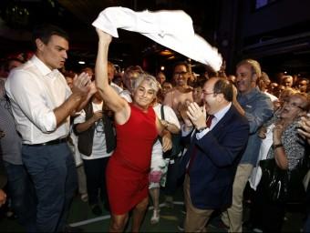 Pedro Sánchez, Miquel Iceta i Jaume Colloboni aplaudint i ballant ahir amb una simpatitzant del PSC JESÚS DIGES / EFE