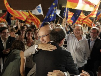 Duran i Espadaler, abraçats ahir durant el míting M.P./ EFE