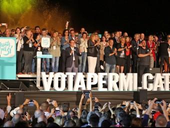 Tots els candidats de Junts pel Sí damunt de l'escenari de l'avinguda Maria Cristina JUANMA RAMOS