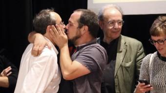 David Fernández felicita el cap de llista Antonio Baños amb un petó en la celebració dels resultats del 27-S QUIM PUIG