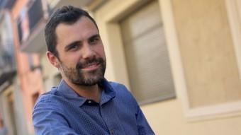 Roger Torrent fotografiat davant l'Ajuntament de Sarrià de Ter QUIM PUIG