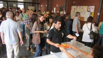 Gent votant en un col·legi electoral de Mataró durant el matí de diumenge passat LLUÍS MARTÍNEZ