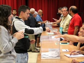 Persones votant ahir al matí al col·legi electoral instal·lat a la seu de l''Escola de Música del Vendrell. J.M.F. / TAEMPUS