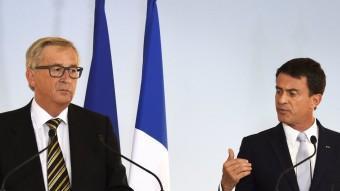 Jean-Claude Juncker i Manuel Valls ahir en una roda de premsa a Paris AFP