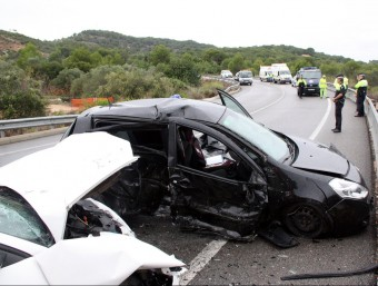 Les víctimes viatjaven al vehicle negre, que després de quedar travessat a la via han rebut l'impacte del vehicle blanc, que circulava en sentit contrari ACN