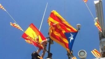 Obligant a col·locar la bandera espanyola a una embarcació de Llançà, el dia de la processó. EL PUNT AVUI