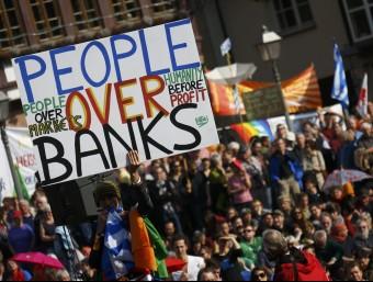 """Una manifestació a Frankfurt, davant la seu del Banc Central Europeu, contra """"l'Europa dels mercats"""".  REUTERS/KAI PFAFFENBACH"""