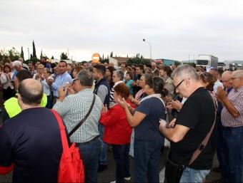 Veïns aplaudint durant la manifestació que va tallar l'N-340 a l'Ametlla. ACN