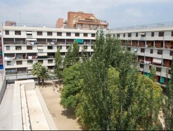 Imatge d'arxiu de La Casa Bloc del barri de Sant Andreu, que ara està buida, i havia estat una residència per a vídues i orfes de l'exèrcit EL PUNT AVUI