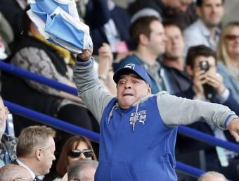 Maradona, animant els Pumas en el partit d'ahir. REUTERS